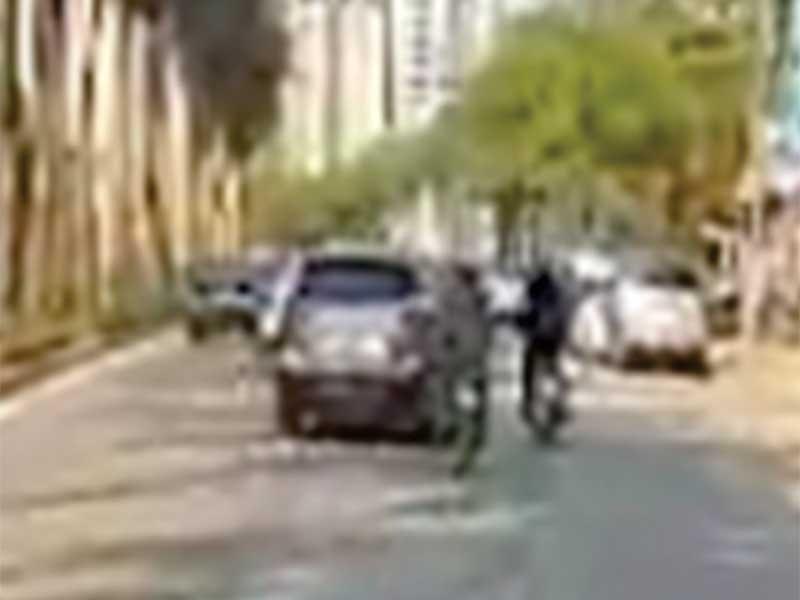Nghi ô tô cố tình tông xe máy trên đường - ảnh 2