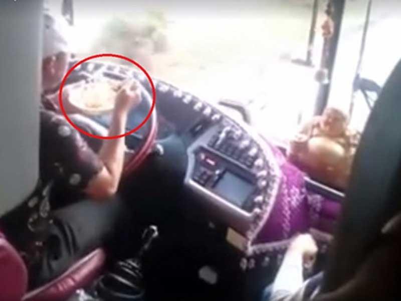 Vừa lái xe vừa ăn mì: Coi thường tính mạng hành khách - ảnh 1
