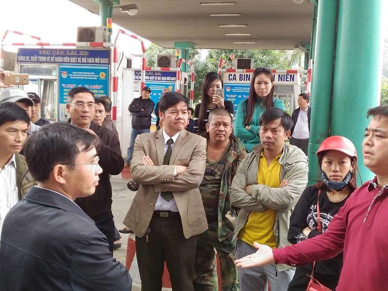 Người dân vây cầu Bến Thủy vì bất đồng chuyện thu phí - ảnh 1