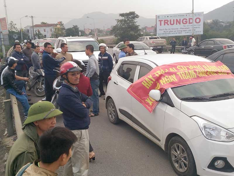 Được hỗ trợ giá vé, người dân vẫn chặn cầu Bến Thủy  - ảnh 1
