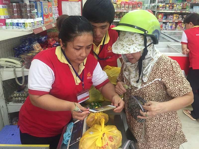 Người Sài Gòn hào hứng mua thịt heo bằng điện thoại - ảnh 1
