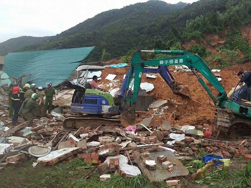 Lở núi kinh hoàng ở Nha Trang, 4 người chết - ảnh 1