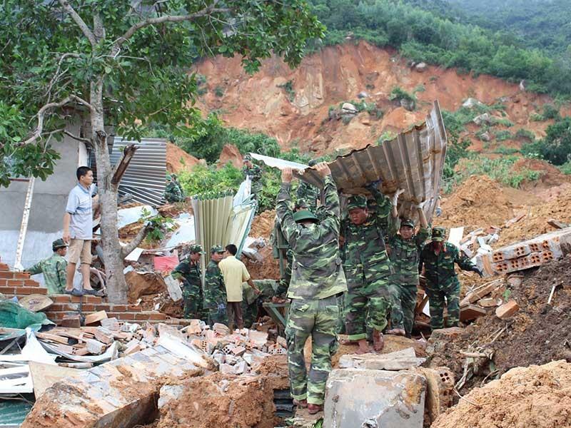 Sạt lở ở Nha Trang: Núi mất chân do đào đất, đá - ảnh 1