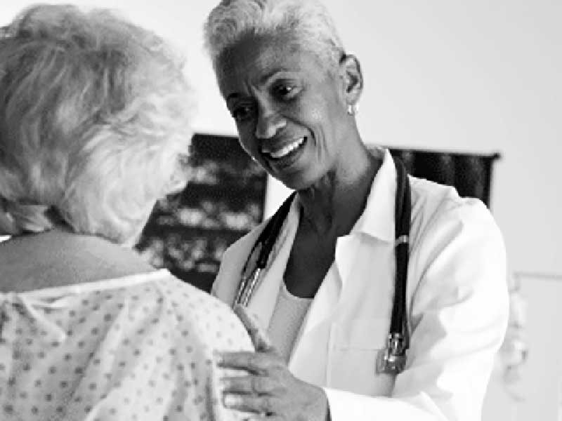 Bệnh nhân mau khỏe hơn nếu bác sĩ điều trị là nữ - ảnh 1