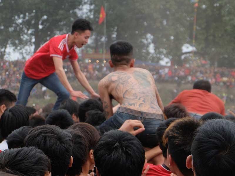 Lễ hội còn tràn lan, tranh cướp phản cảm - ảnh 1