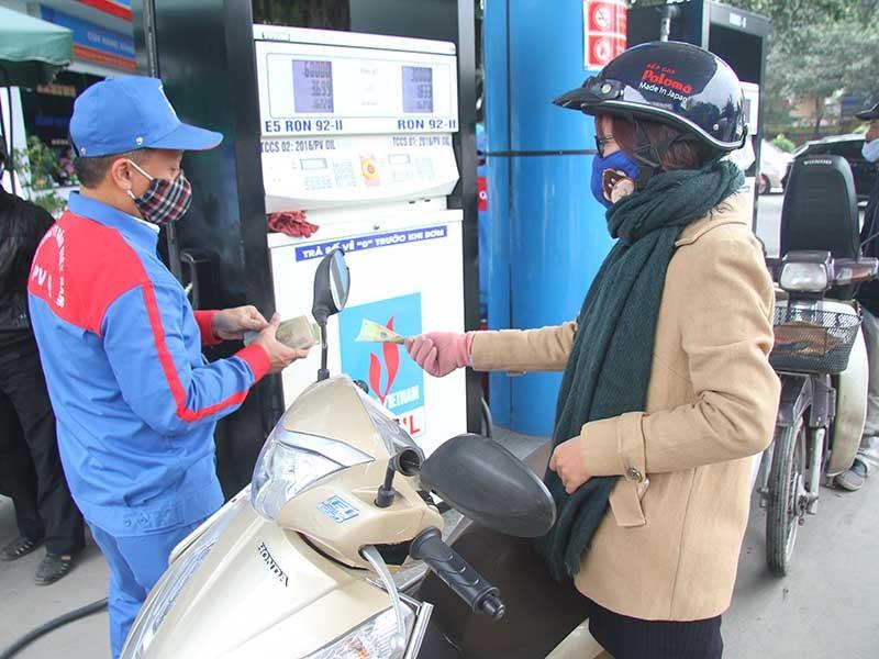 1 lít xăng sẽ phải gánh 13.000 đồng thuế, phí ? - ảnh 1
