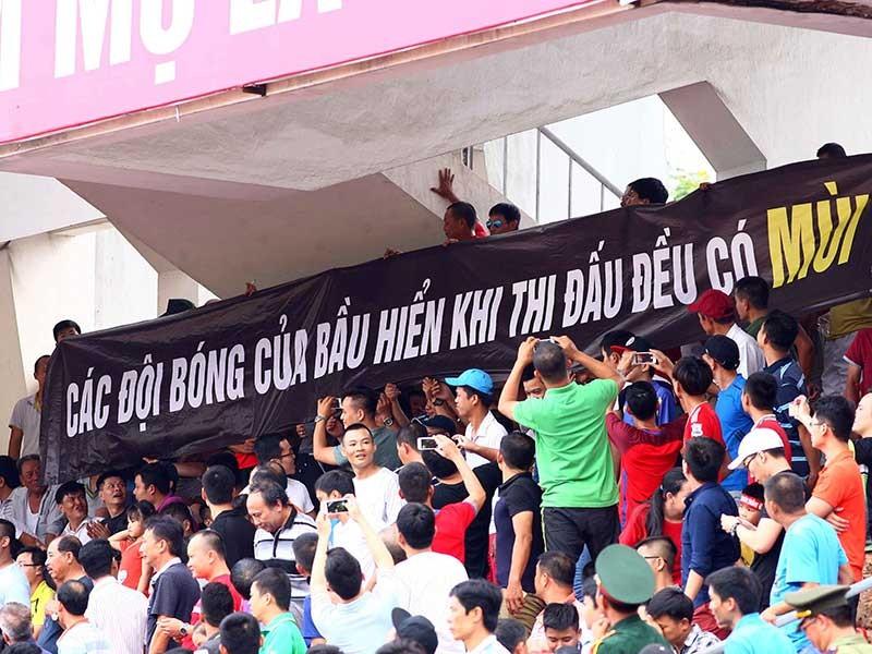 Nguy cơ vỡ sân ở V-League - ảnh 1