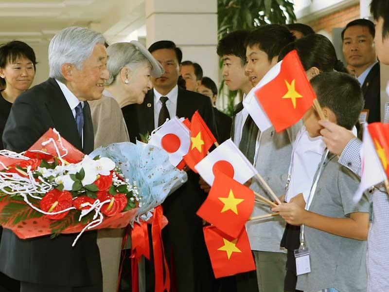 Nhật hoàng và hoàng hậu bắt đầu thăm Việt Nam - ảnh 1
