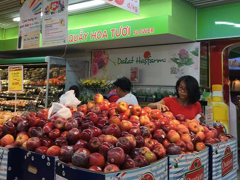 Giật mình với táo Mỹ siêu rẻ đổ đống ở siêu thị Việt  - ảnh 1
