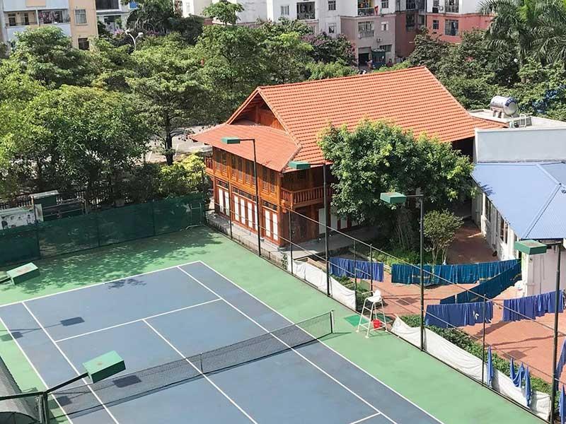 Nhà sàn cùng sân tennis 'mọc' trong trường học - ảnh 1