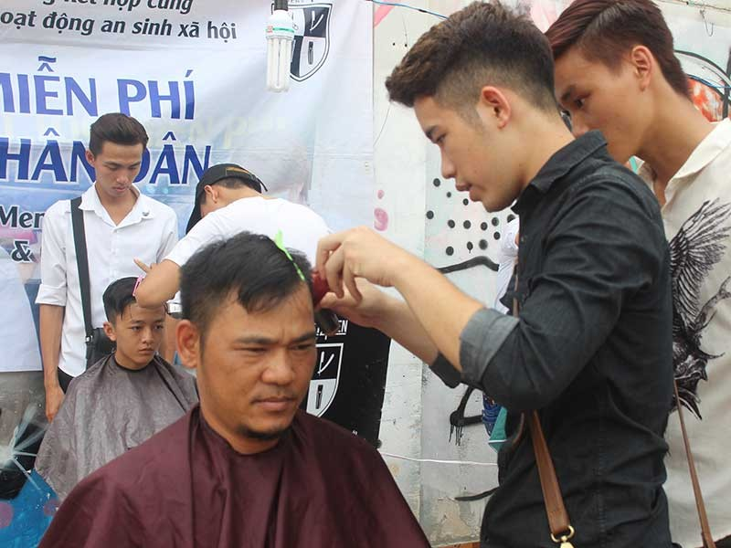 Tiệm cắt tóc 0 đồng ngay bãi đất hoang - ảnh 1