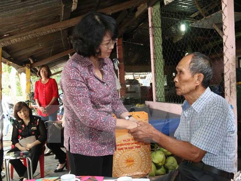 Phó Chủ tịch nước thăm, tặng quà gia đình chính sách - ảnh 1