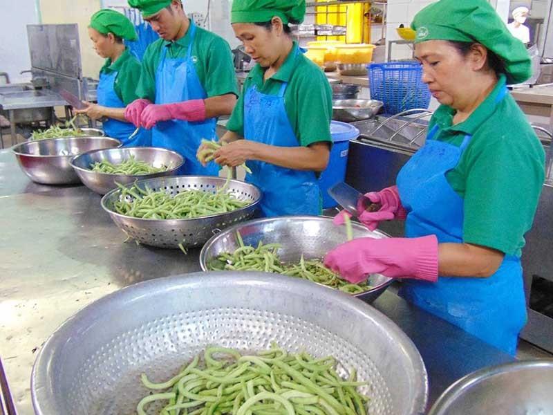 Cần chế tài DN thiếu quan tâm bữa ăn công nhân - ảnh 1