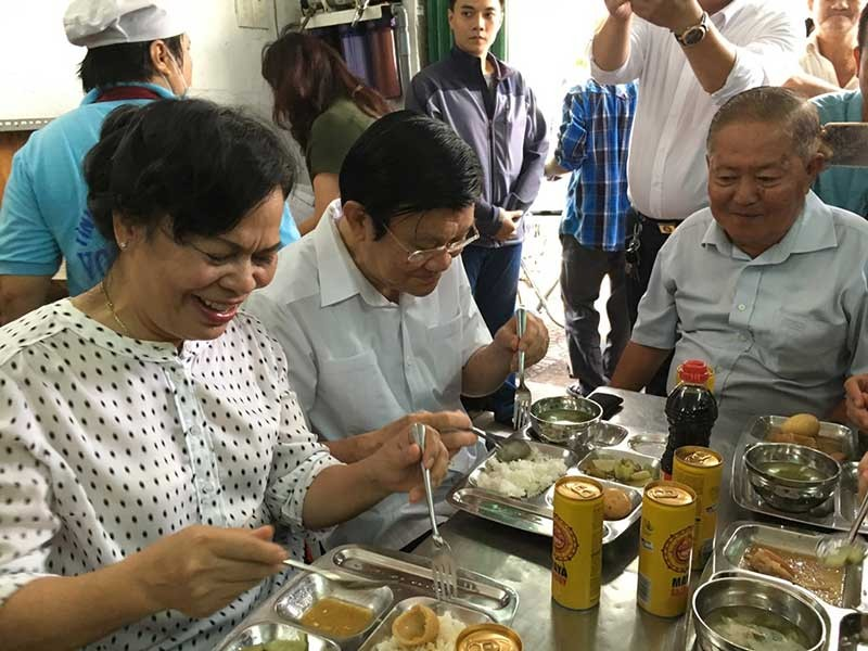 Ông Trương Tấn Sang ở quán cơm Nụ Cười - ảnh 1