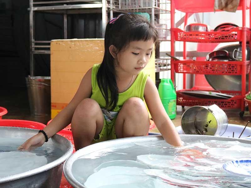 Mong ước được đến trường của bé gái 7 tuổi - ảnh 1