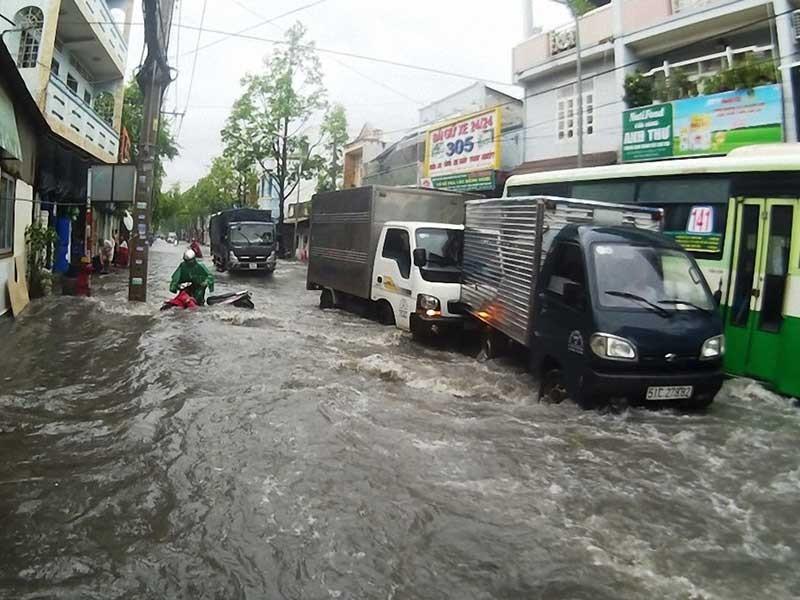 TPHCM: Triều cường gây ngập lụt sâu các vùng trũng thấp - ảnh 1