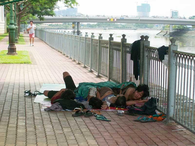 Nhếch nhác cảnh 'ngủ lang' bên bờ sông Bến Nghé - ảnh 1