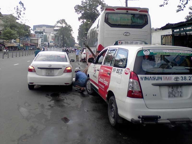 Dàn hàng ngang sửa xe hơi dưới lòng đường - ảnh 1