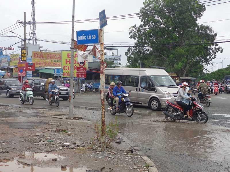 Đường Nguyễn Văn Linh: Xe cộ 'nhảy nhổm'! - ảnh 1