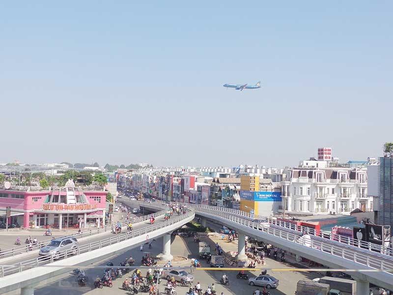 Thông xe cầu vượt, giảm kẹt xe sân bay - ảnh 1