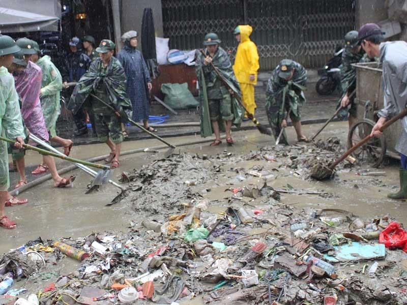 Hàng trăm người dọn vệ sinh sau lũ ở Hội An - ảnh 1