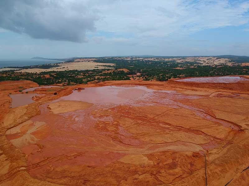 HĐND Bình Thuận gửi văn bản chất vấn về hồ bùn đỏ titan - ảnh 1
