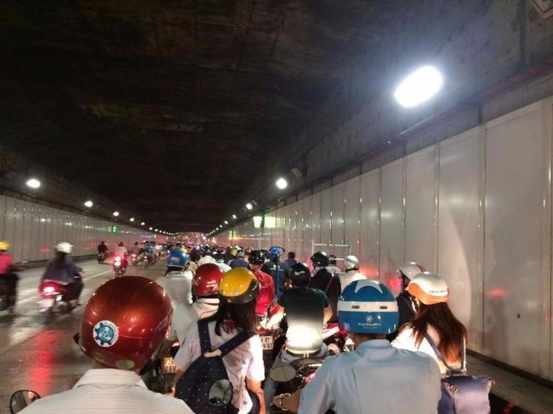 Khu hầm Thủ Thiêm liên tục kẹt xe vào giờ cao điểm - ảnh 1