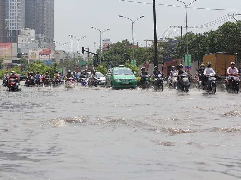 Vì sao chưa sửa được đường Nguyễn Hữu Cảnh? - ảnh 1
