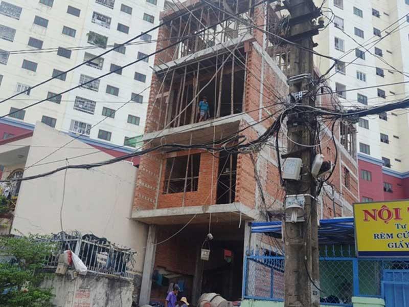 Xây nhà không đảm bảo, hàng xóm sống không yên - ảnh 1