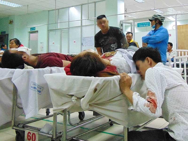 Chồng khóc nghẹn vì gây tai nạn cho vợ - ảnh 1