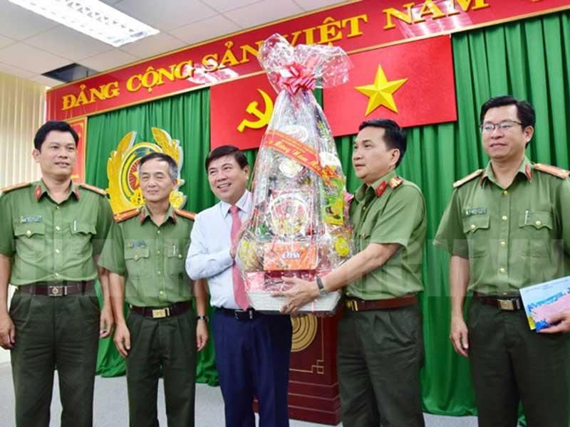 Chủ tịch TPHCM Nguyễn Thành Phong chúc Tết nhiều đơn vị - ảnh 1