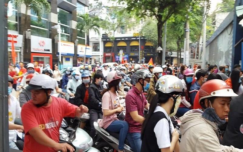 Đến phố đi bộ Nguyễn Huệ không có chỗ gửi xe - ảnh 1