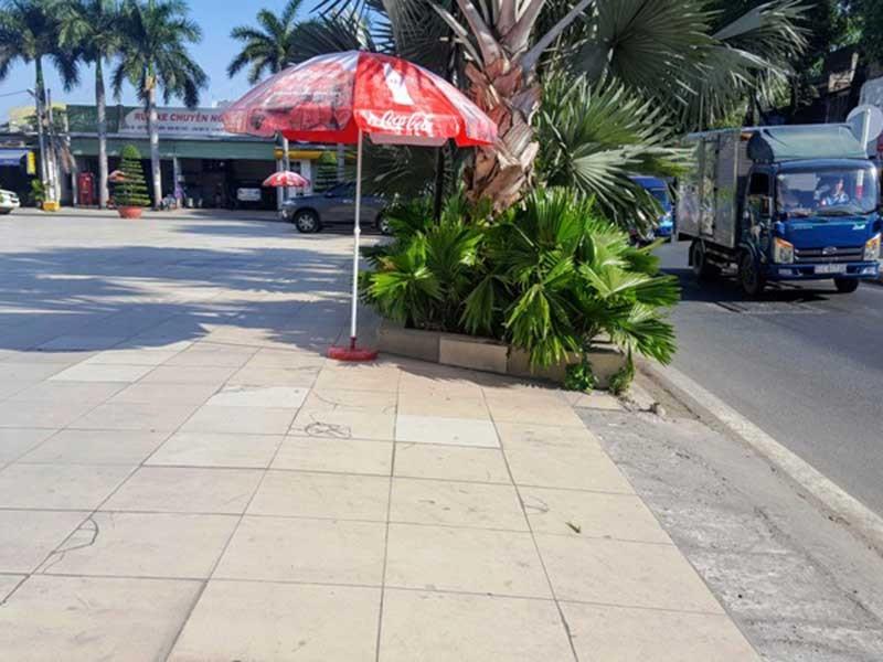 Dỡ rào chắn của nhà hàng, mở đường cho dân đi - ảnh 1