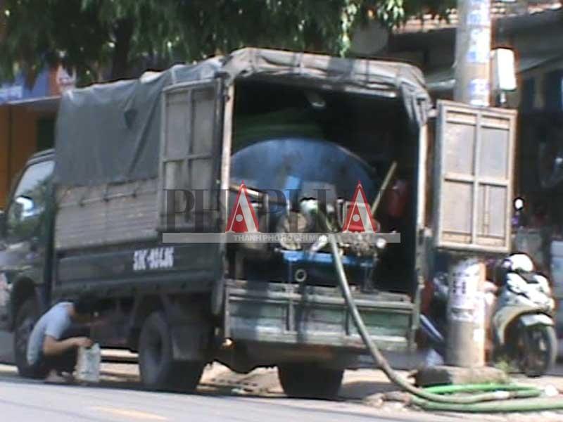 Xe rút hầm cầu giả dạng xe tải - ảnh 2