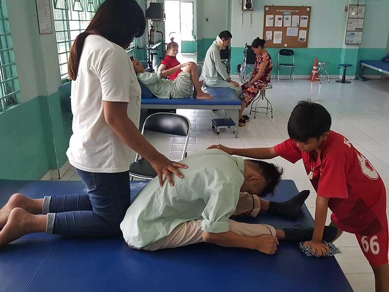 2 đứa trẻ vào viện ở hẳn để chăm anh - ảnh 1