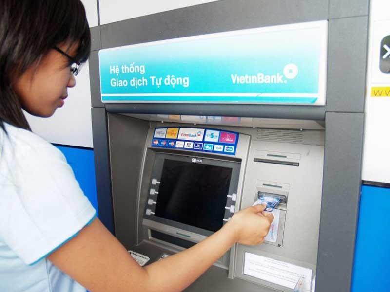 Hoa mắt với 'rừng' phí dịch vụ ngân hàng - ảnh 1