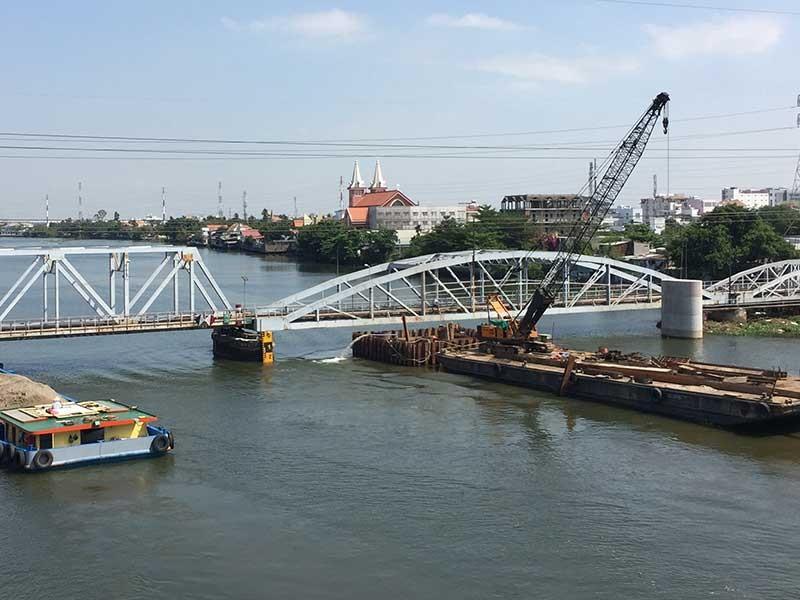 Chui qua cầu đường sắt Bình Lợi phải nộp phí?  - ảnh 1