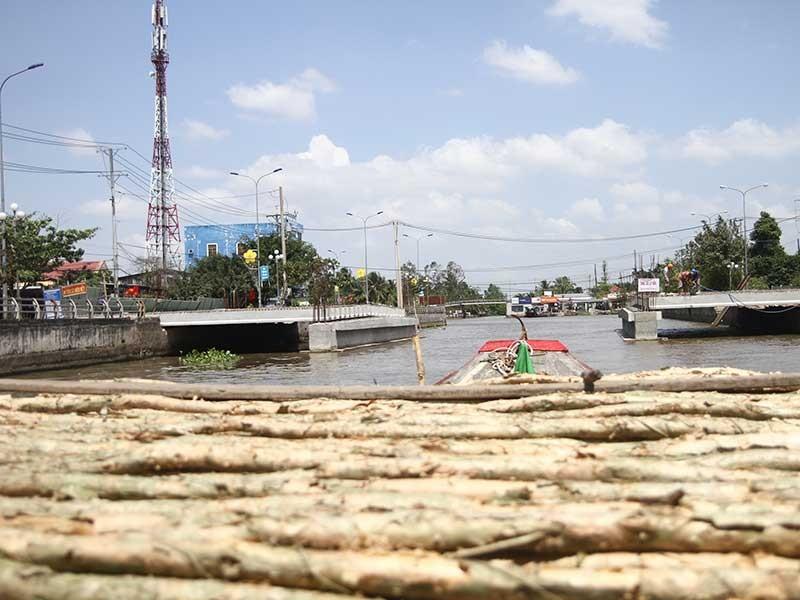 Xây cầu làm nghẽn 'thủy lộ' của dân - ảnh 1