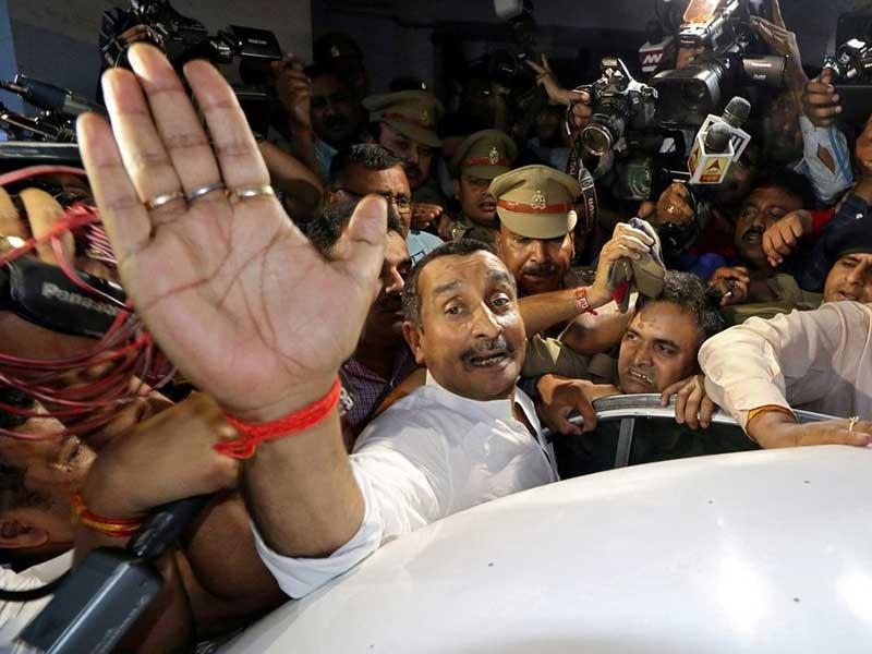 Thiếu nữ bị hiếp dâm tự thiêu, Ấn Độ bắt giữ nghị sĩ - ảnh 1
