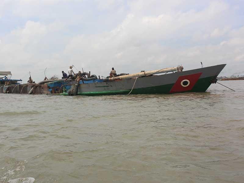 'Cát tặc' tổng tấn công sông Hàm Luông - ảnh 1