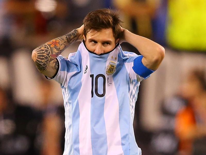 Messi hứng 'mưa đá', đòi đuổi về vườn! - ảnh 1