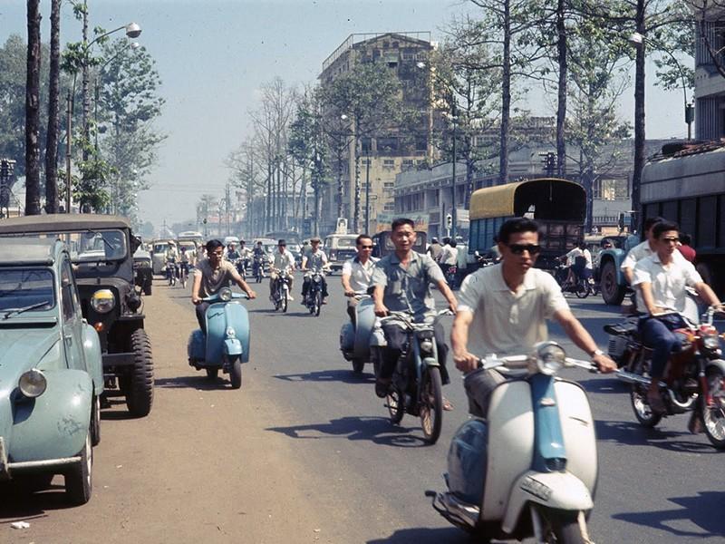 Người Sài Gòn xưa cũng chạy xe ẩu thấy mà ghê! - ảnh 1