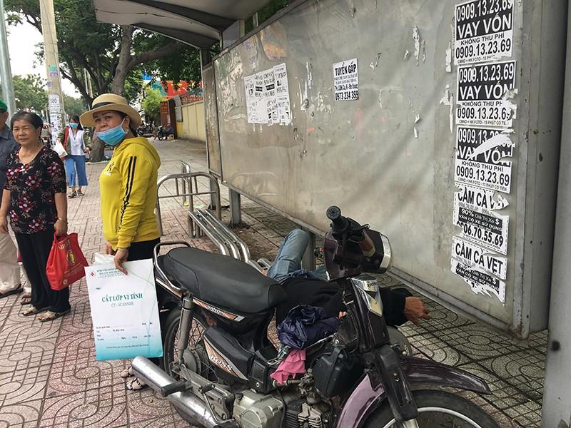 Rác bao vây các trạm chờ xe buýt - ảnh 3