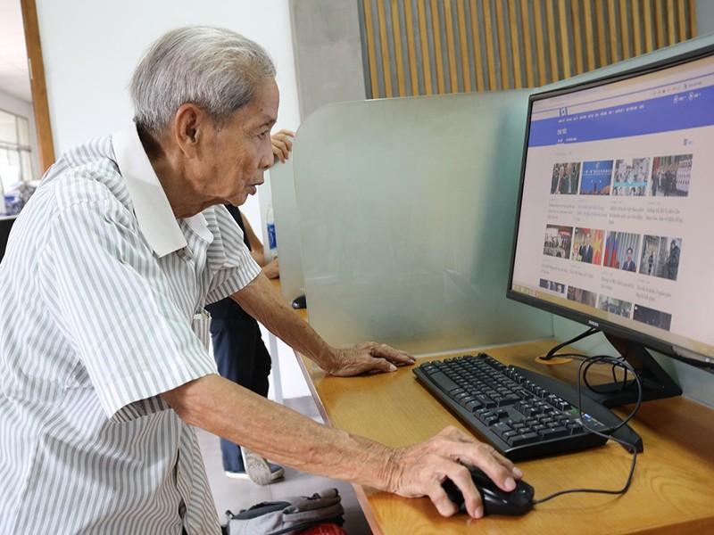 Cụ ông gần 80 tuổi miệt mài học tiếng Anh - ảnh 1