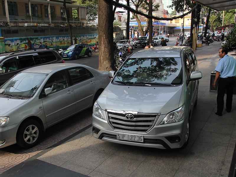 Dân đề nghị tăng chỗ đậu ô tô chung cư - ảnh 1
