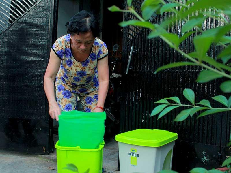 Phường đến tận nhà phát túi rác cho dân - ảnh 1