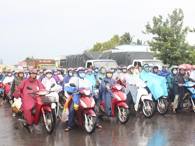 Sau lễ, ô tô xếp hàng dài chờ qua cầu Rạch Miễu - ảnh 2