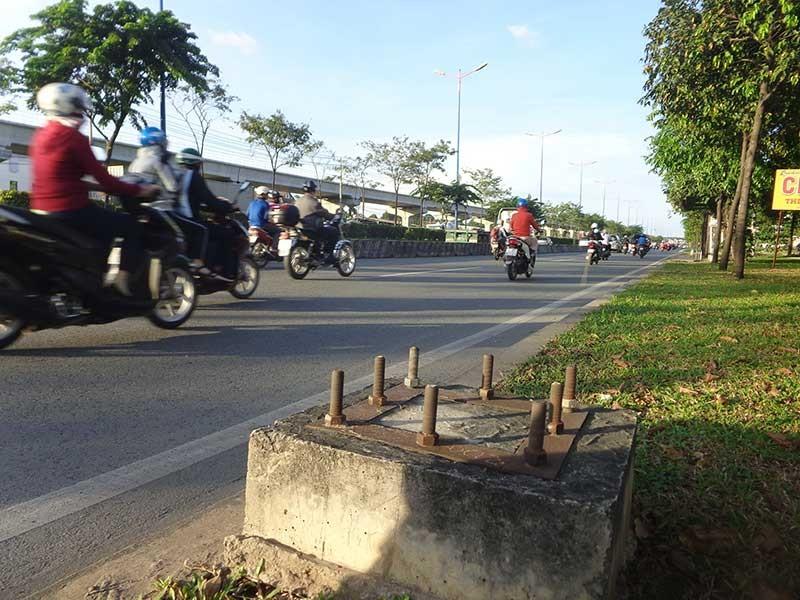 'Bàn chông' trên xa lộ Hà Nội - ảnh 1