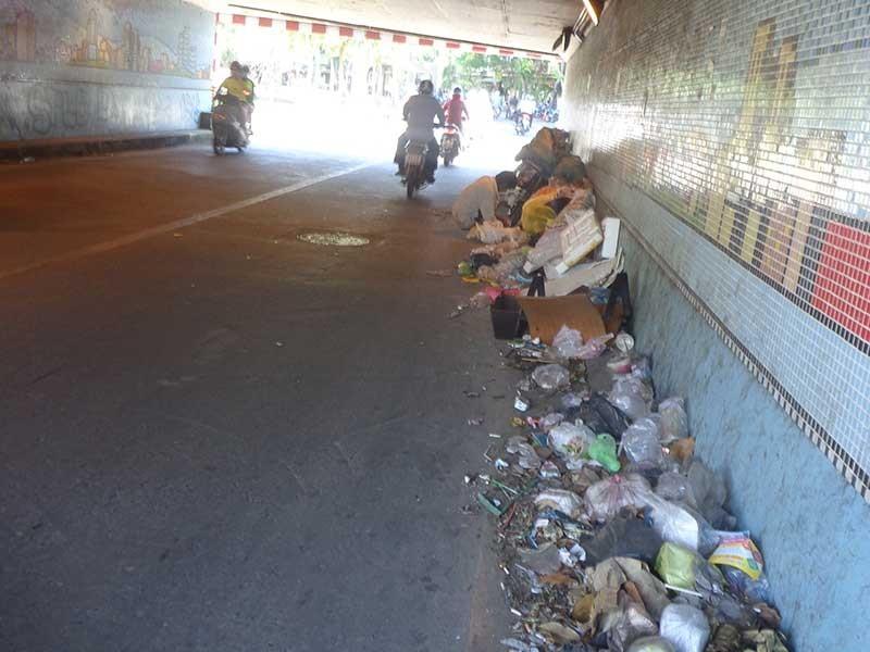 Khiếp với rác bẩn ở dạ cầu Kiệu - ảnh 1