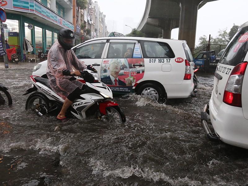 TP.HCM ngập nặng vì bão số 9 - ảnh 1